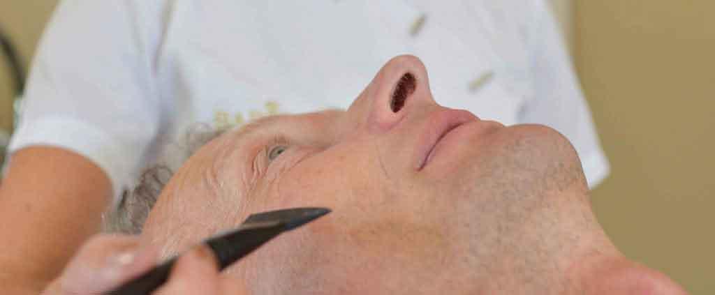 Man krijgt een gezichtsbehandeling in de schoonheidssalon in Well