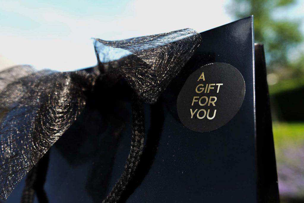 Een zwarte tas met een sticker erop