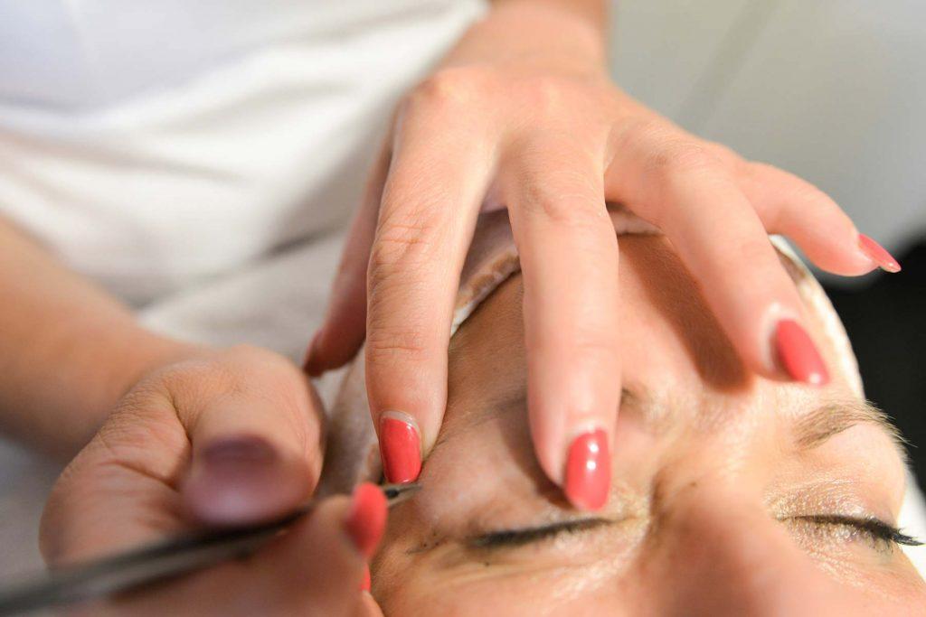 Vrouw laat haar wenkbrauwen epileren